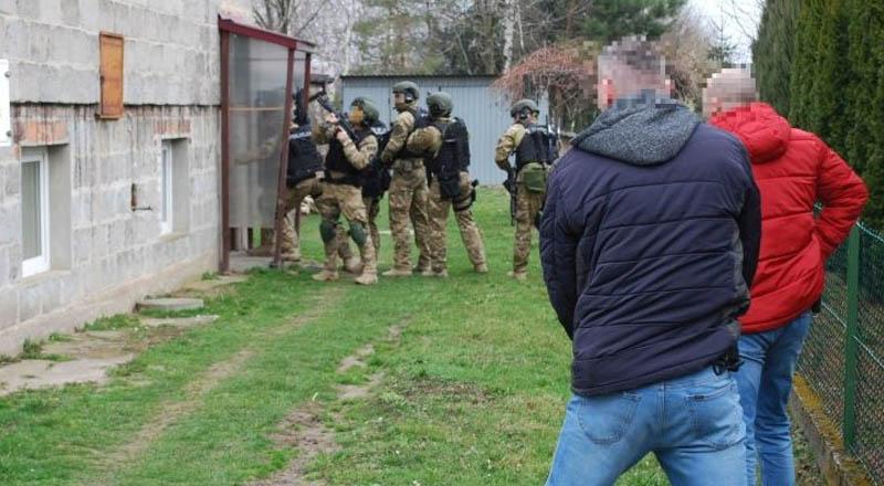 Akcja kontrterrorystów w Będziemyślu. Policjanci zatrzymali 26-latka [ZDJĘCIA]