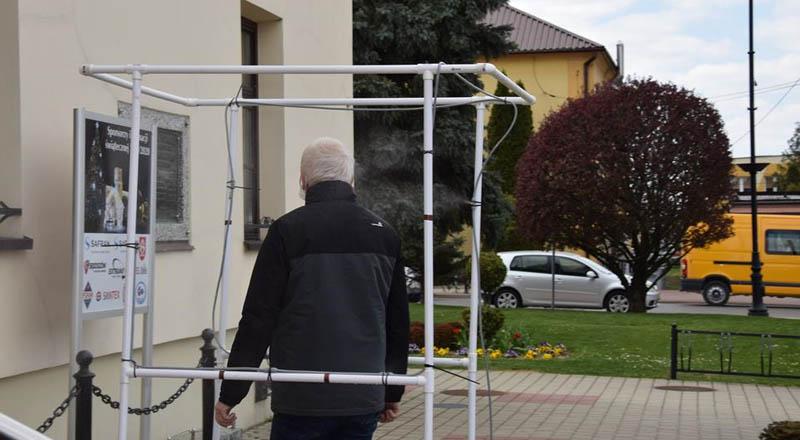 W Sędziszowie Młp. obok ratusza stanęła brama dezynfekcyjna na koronawirusa