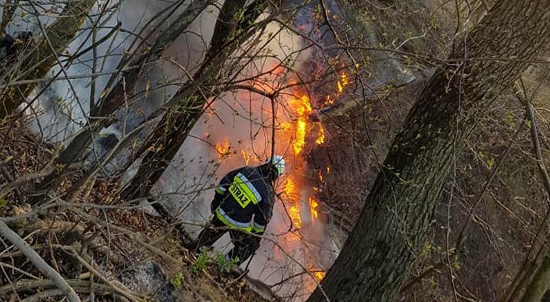 """Pożar """"dzikiego"""" wysypiska śmieci w Zagorzycach."""