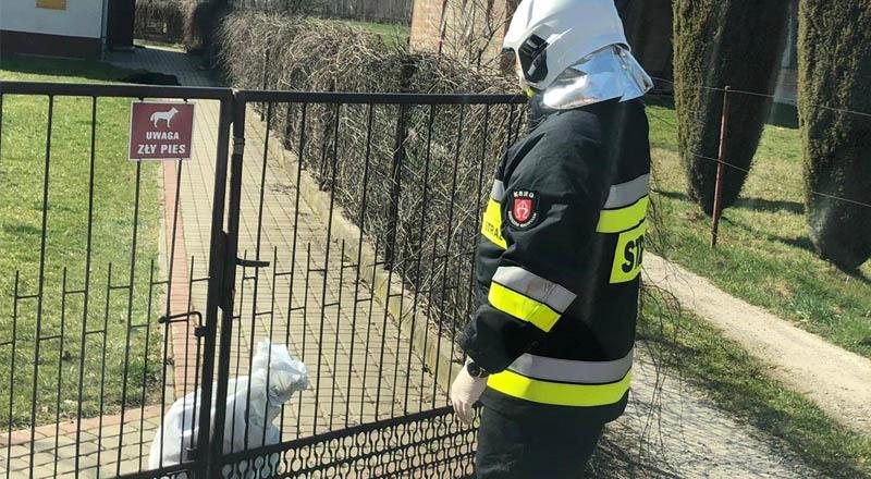 Strażacy pomagają w dowożeniu żywności osobom objętym kwarantanną