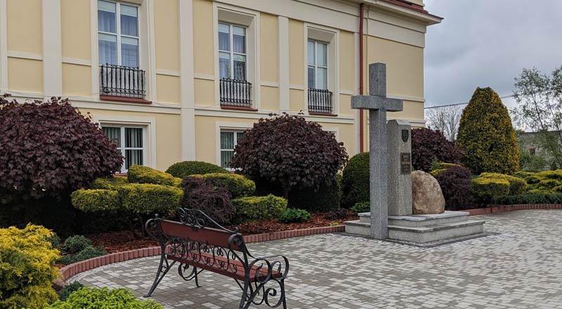 Poświęcenie krzyża w Sędziszowe Młp. w 100. rocznicę urodzin Jana Pawła II