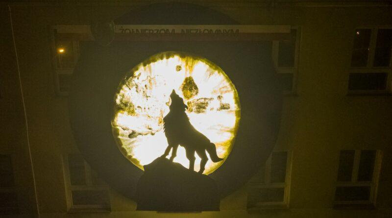 """,,…żyli prawem wilka…"""" – Żołnierze Niezłomni. Dekoracja Szkoły Podstawowej w Nawsiu"""