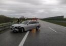 Na A4 samochód wjechał w bariery. Jeden pas ruchu zablokowany